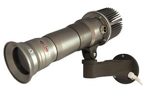 激光光源,它被运用在投影仪产品上的时间还不长,其原理是利用光电效应使激发态粒子在遭到激辐射的效果下发光。激光光源的亮度非常高,并且能通过添加激光发射器的数量提高
